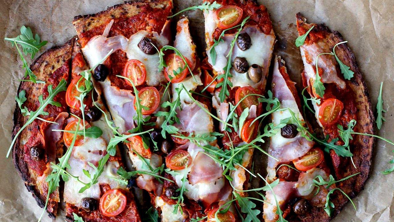Květáková pizza s rajčatovou omáčkou