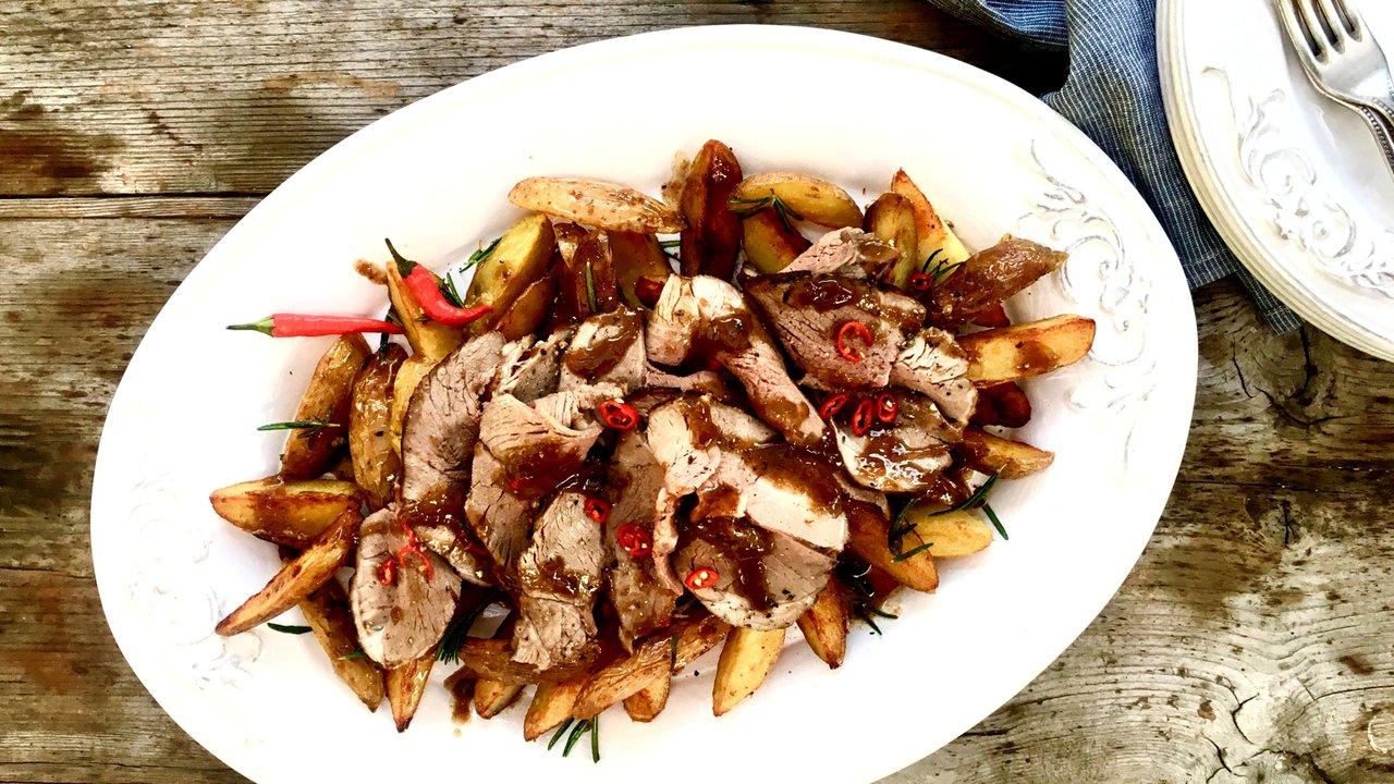Pečená jehněčí kýta sčesnekem, rozmarýnem aopečenými bramborami