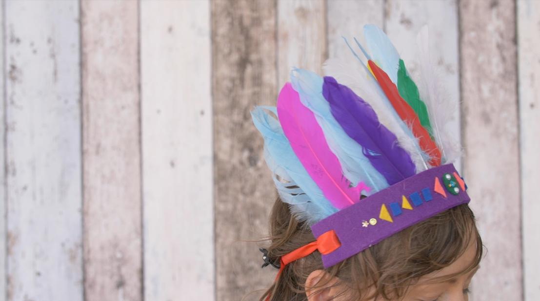 c64e1371126 Indiánská čelenka z plsti a barevného peří