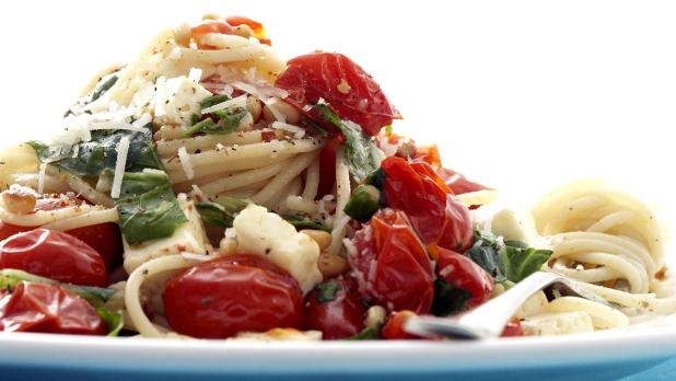Špagety s rajčaty, fetou a bazalkou