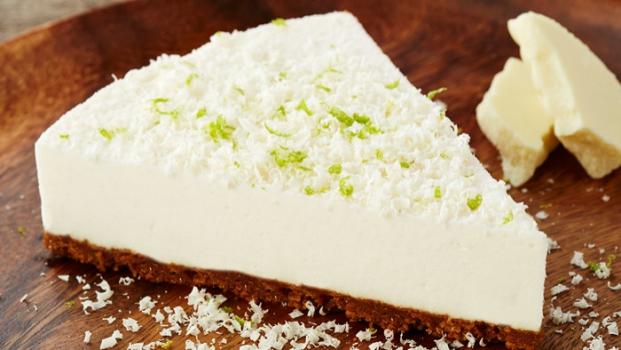 Limetkový cheesecake sbílou čokoládou akaramelovými sušenkami