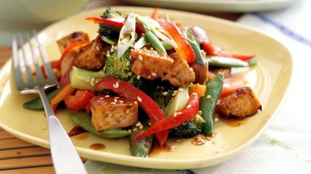 Pečené tofu sthajskou omáčkou aopečenou zeleninou
