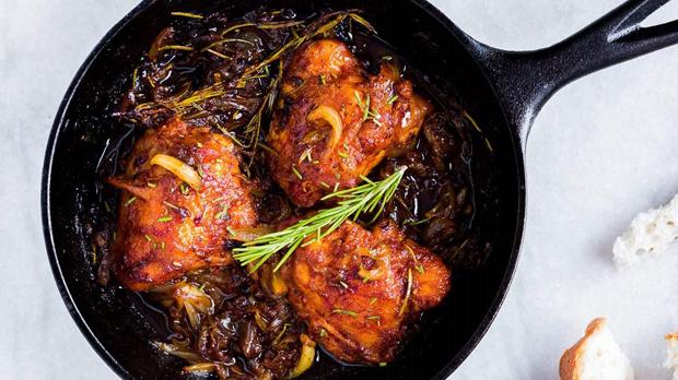 Kuře s karamelizovanou cibulí arozmarýnem