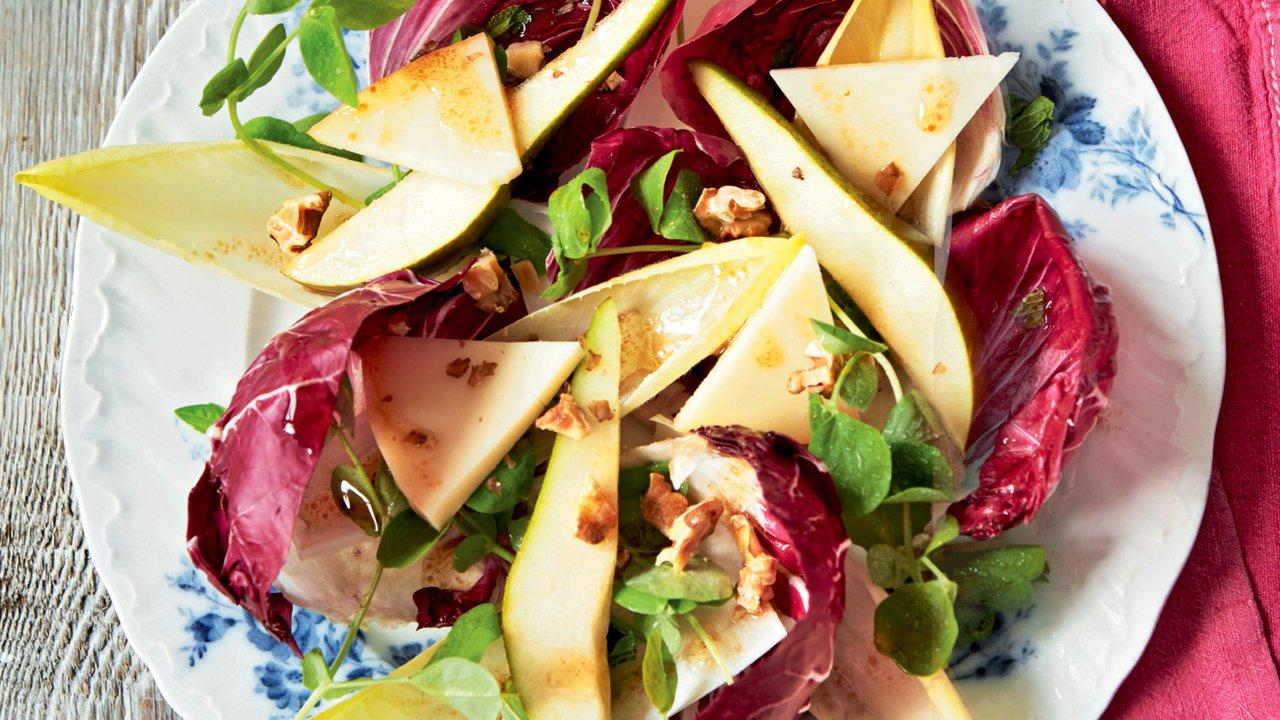 Čekankový salát s hruškou, ořechy a sýrem Provolone
