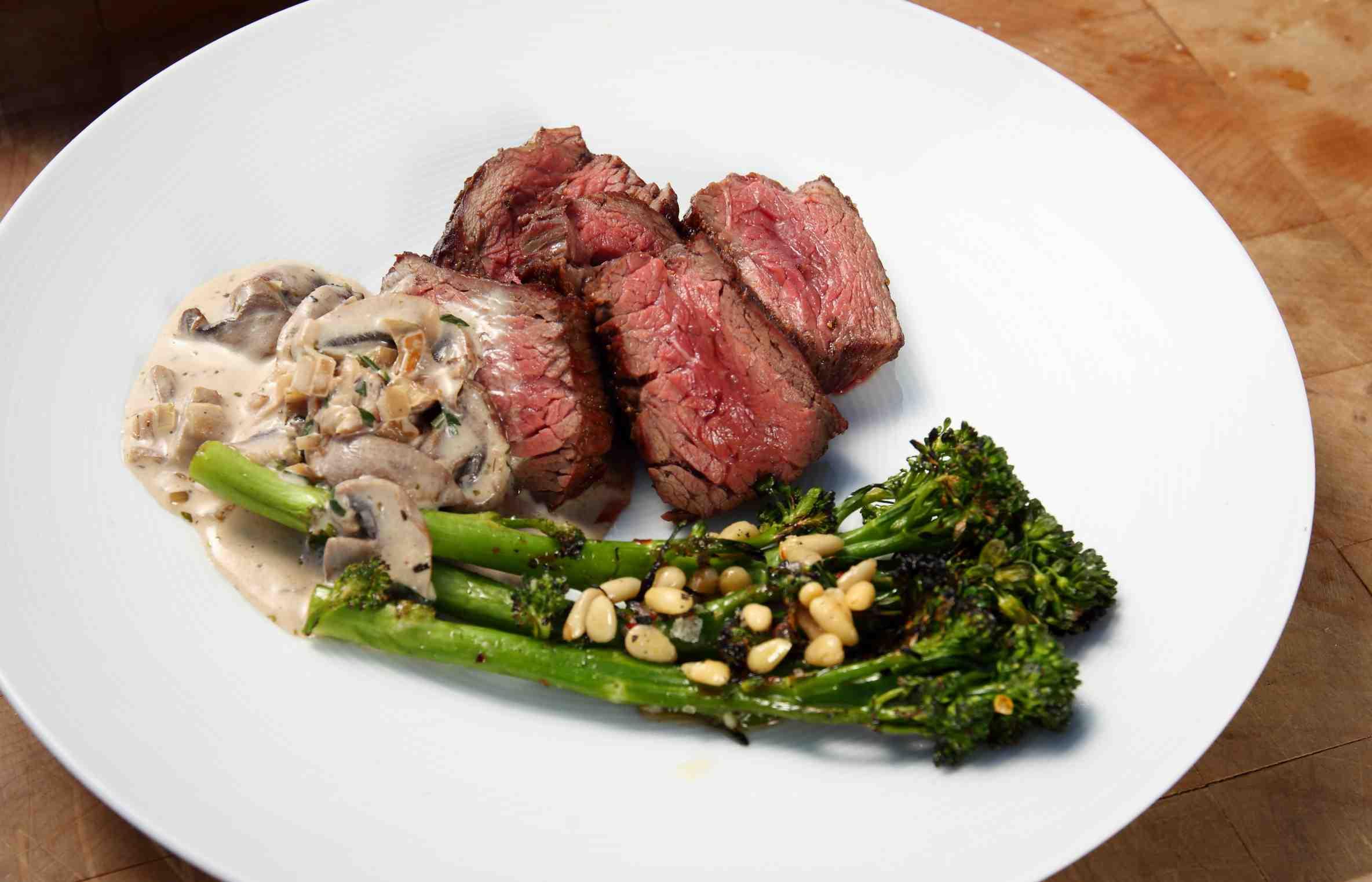 Hanger steak s brokolicí a houbovou omáčkou podle Šéfa