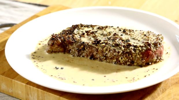 Steak spepřovou krustou aomáčkou zhrubozrnné hořčice