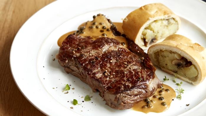 Hovězí steak sbramborovým závinem apepřovou omáčkou