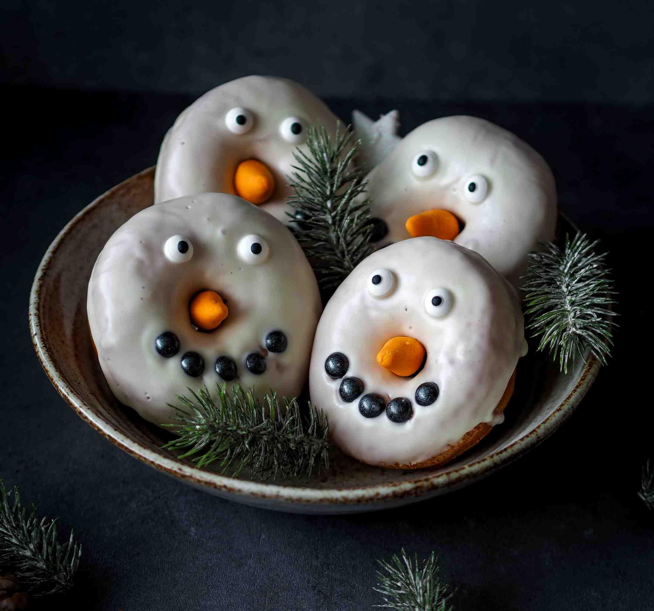 Zimní donuty sčokoládovou polevou