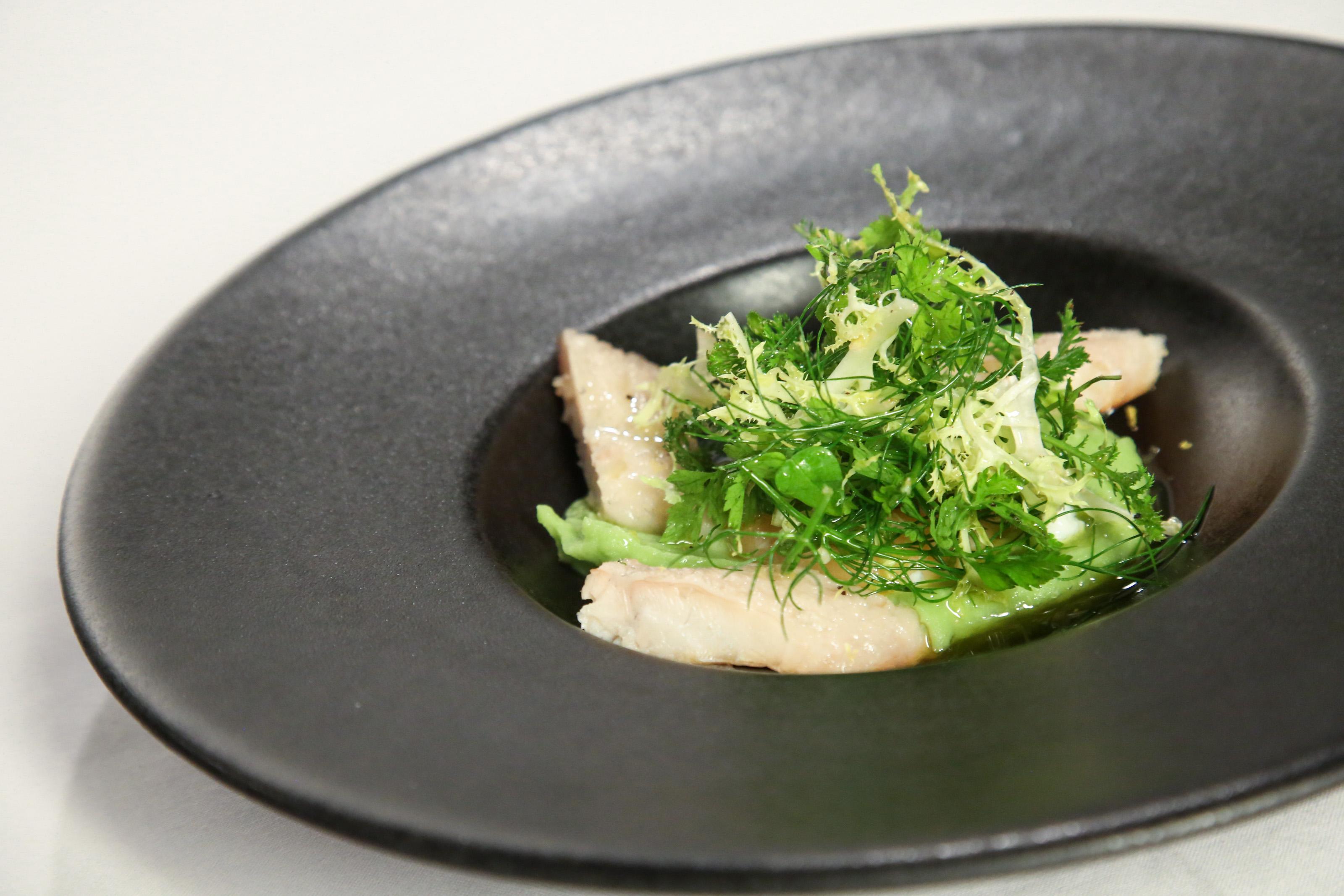 Uzený úhoř s krémem  z libečku a bylinkovým salátem