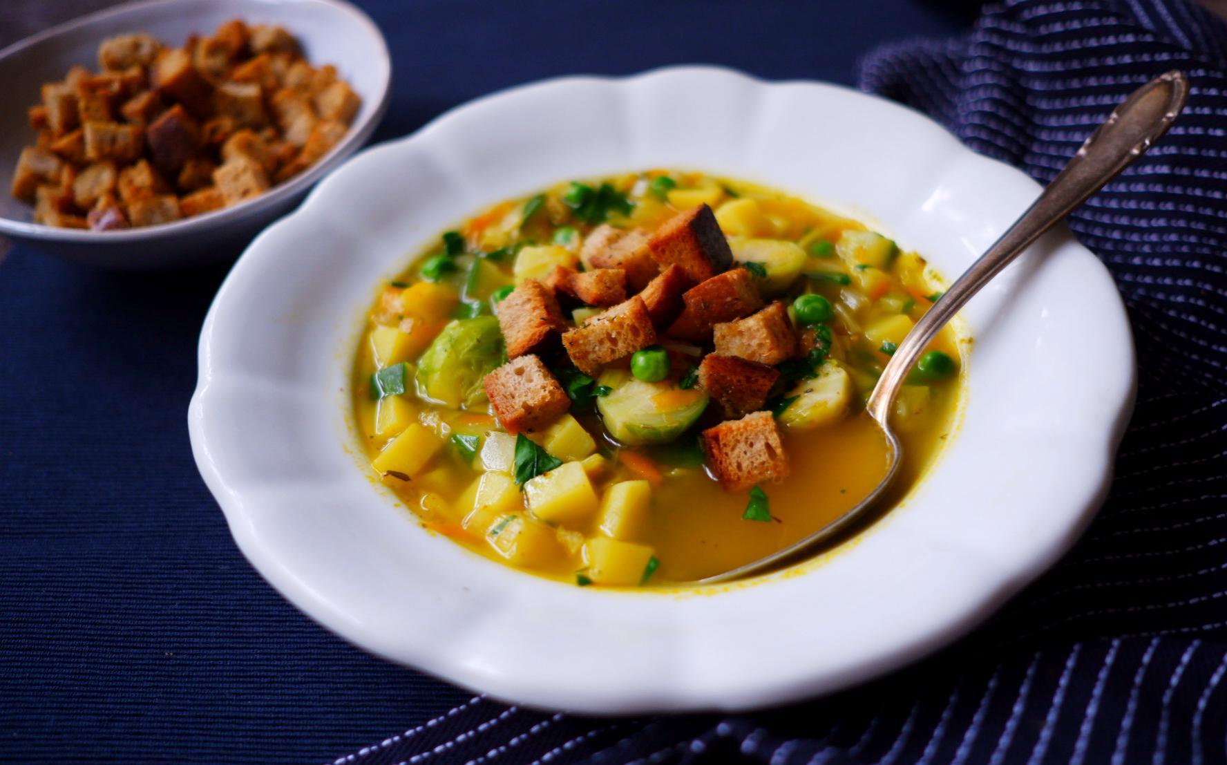 Zeleninová polévka s chlebovými krutony