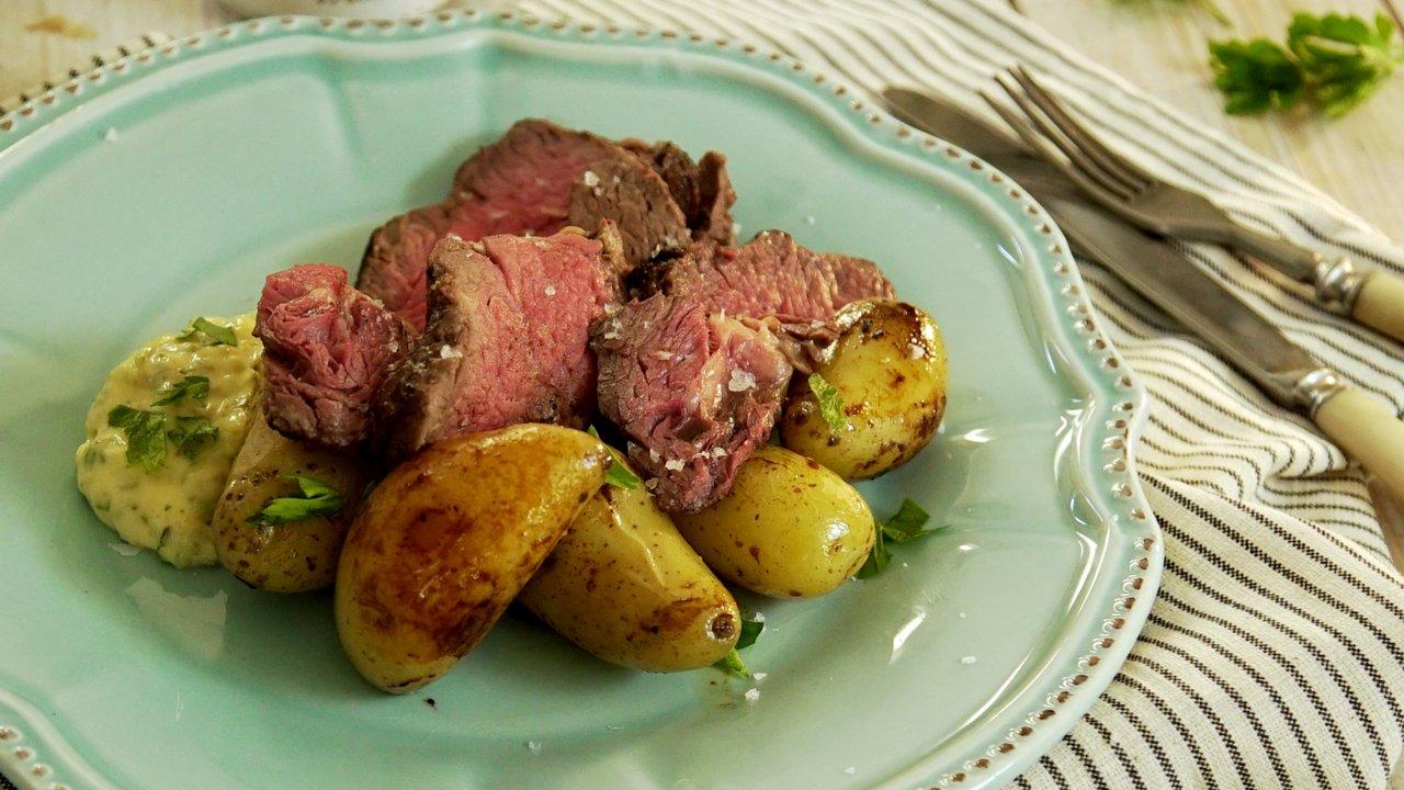 Roastbeef s pečenými bramborami adomácí tatarkou