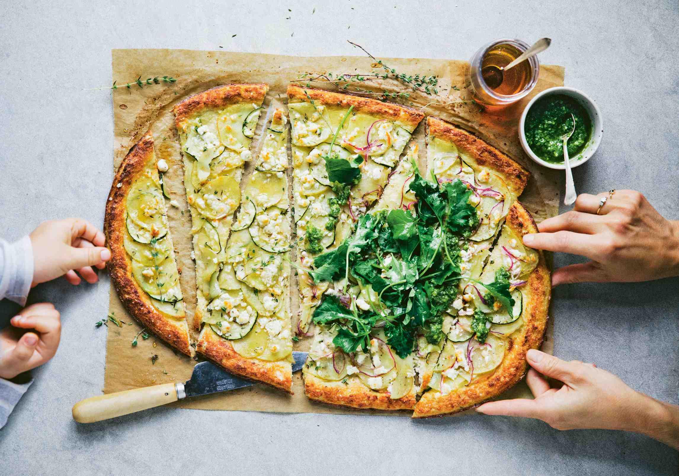 Květáková pizza sbramborami, cuketou afetou