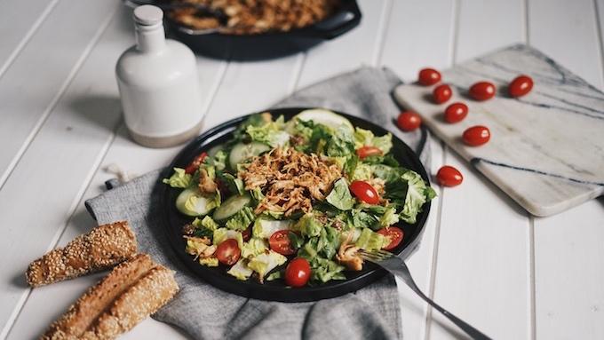 Letní salát s trhaným kuřecím masem