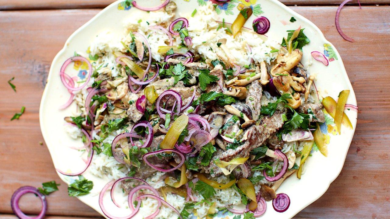 Hovězí Stroganov s rýží, červenou cibulí & chuťovka s petrželkou