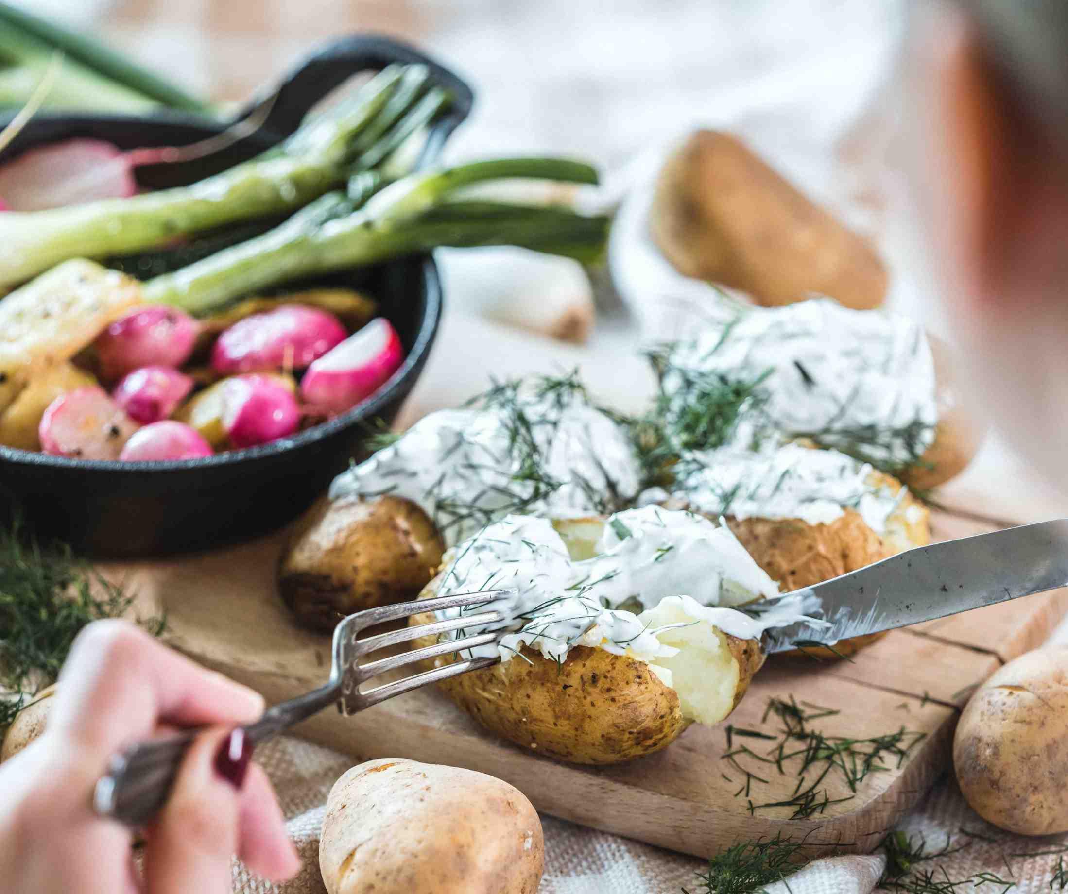 Selské brambory s koprovým tvarohem a grilovanou zeleninou