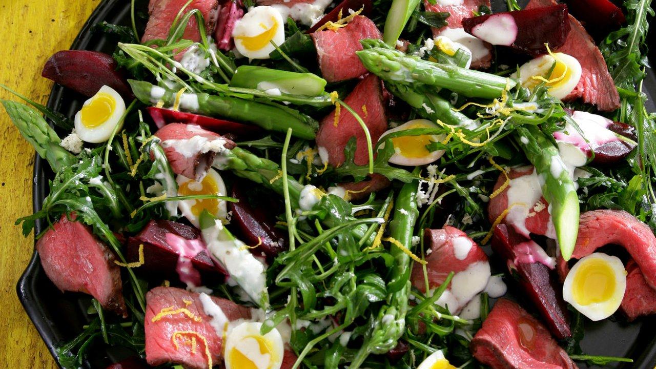 Steakový salát s chřestem a červenou řepou