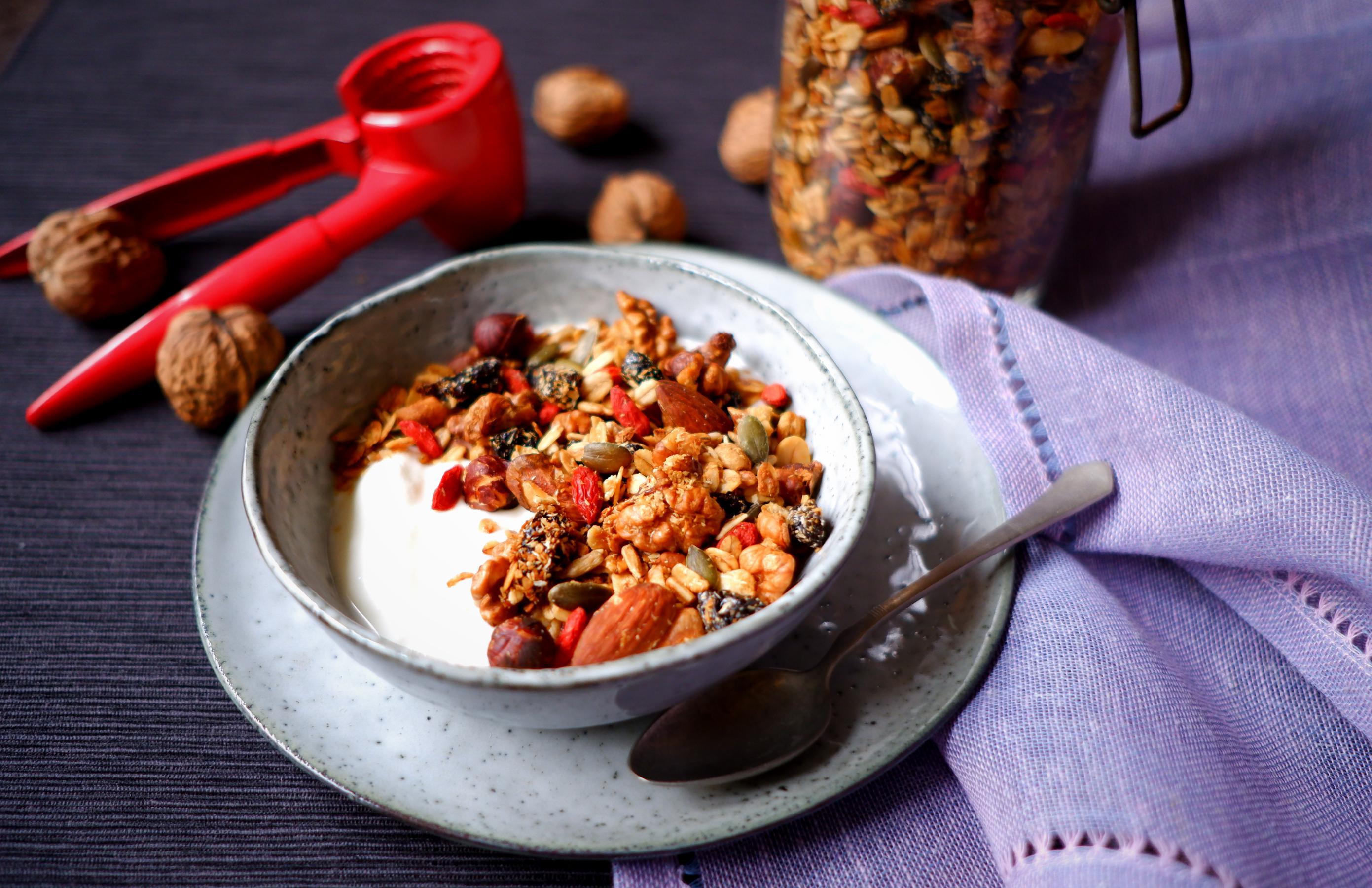 Ořechová granola se sušenými švestkami