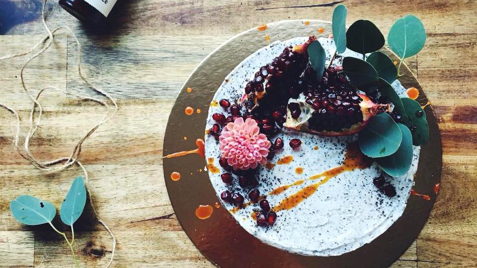 Bezlepkový makovo-skořicový dort svanilkovým krémem