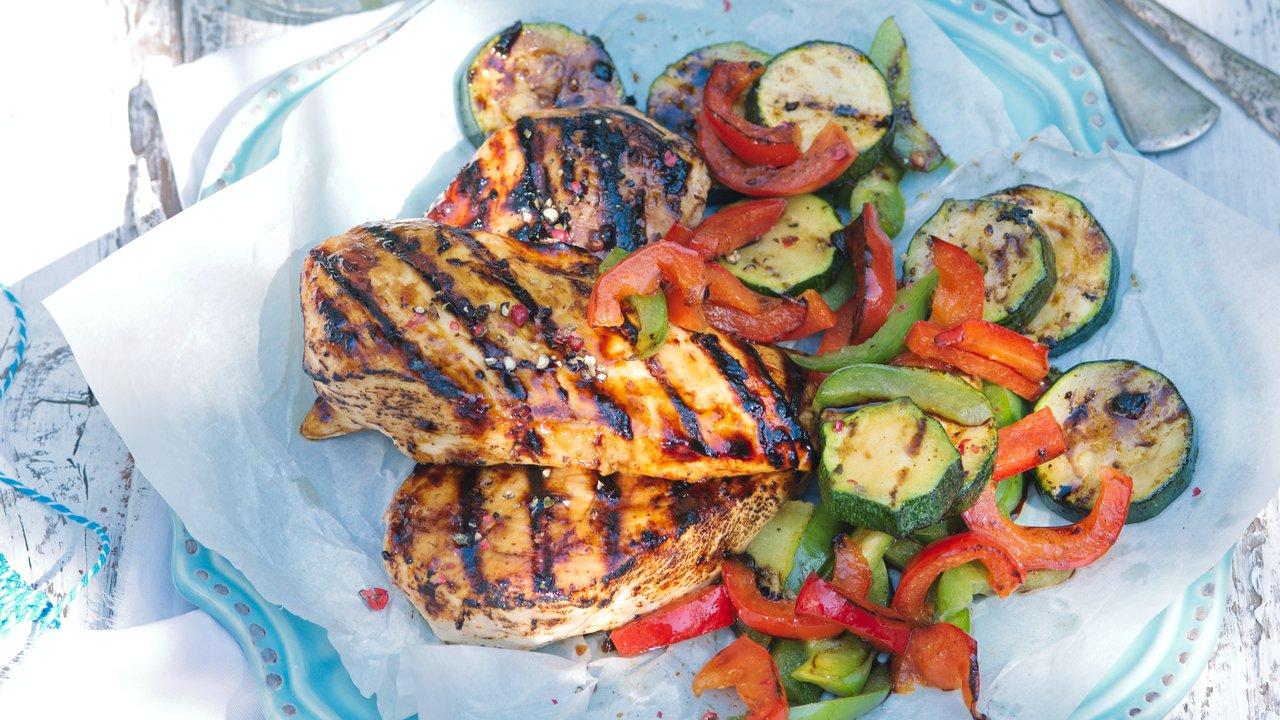 Kuře se zeleninou pečené vbalíčku na grilu