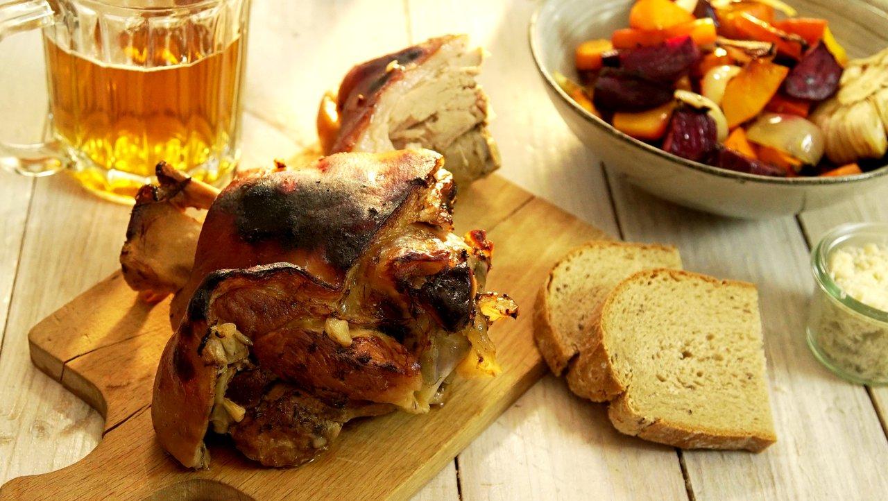 Novoroční koleno pomalu pečené na černém pivě a zelenině