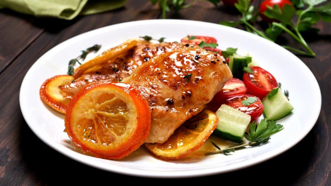 Grilovaná kuřecí prsa na pomerančích