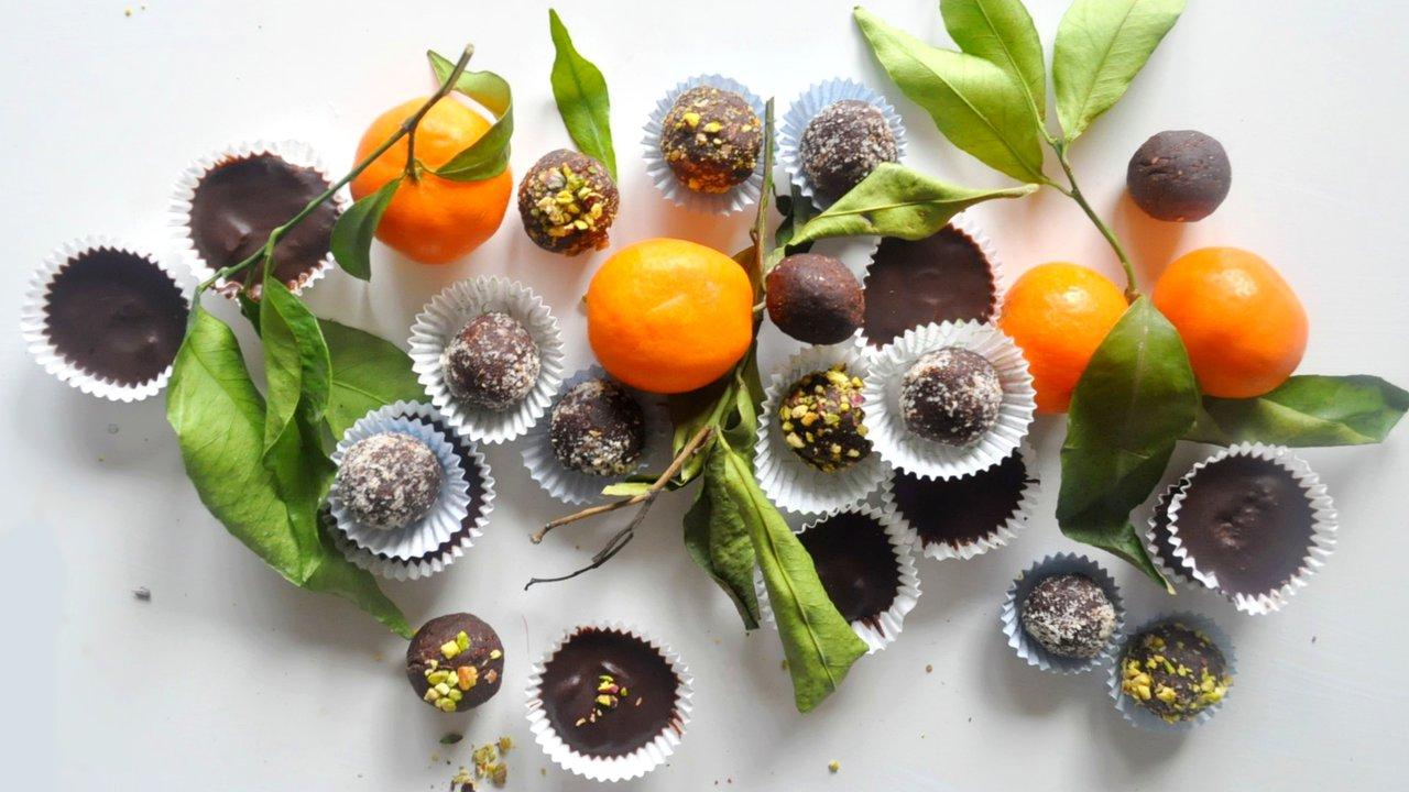 Nepečené piškotové kuličky ačokoládové košíčky snáplní