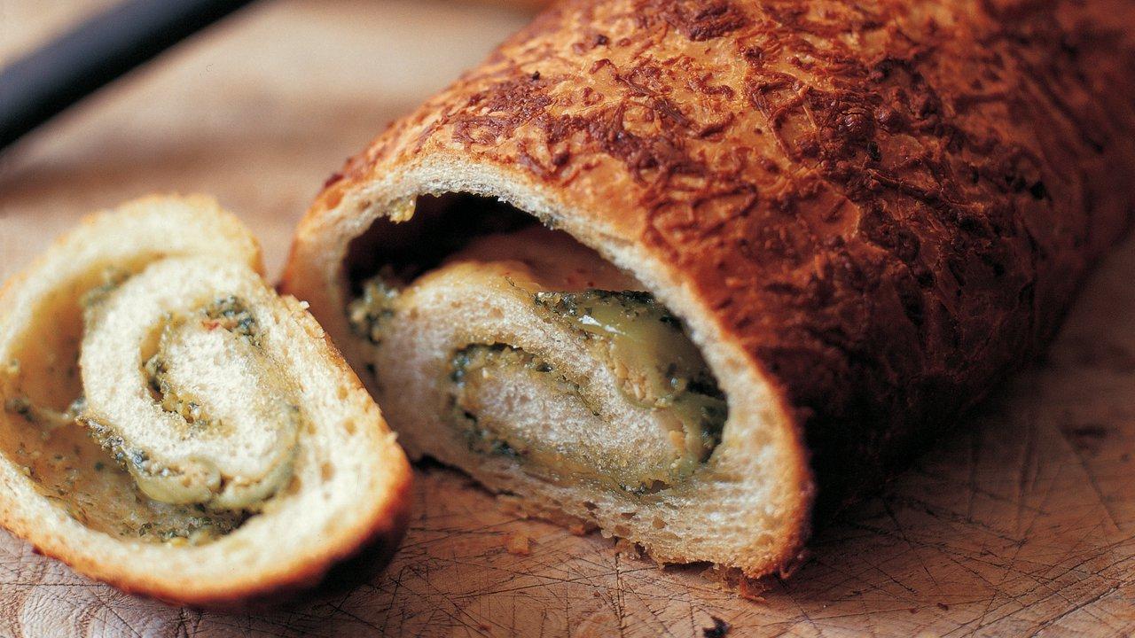 Srolovaný chléb spestem, olivami ačesnekem