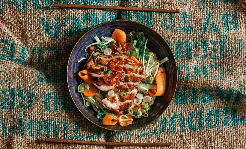 Vietnamská salátová miska skuřetem