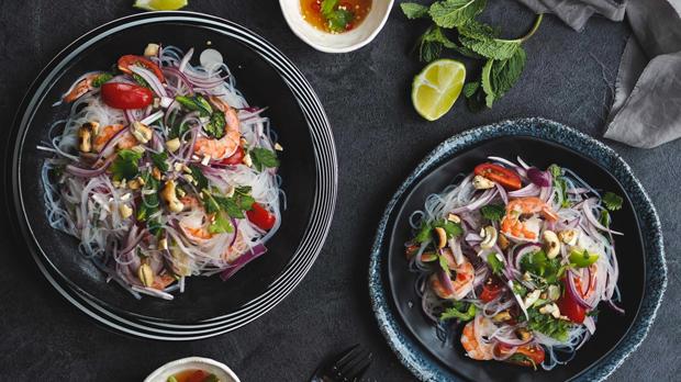 Thajský salát s krevetami askleněnými nudlemi