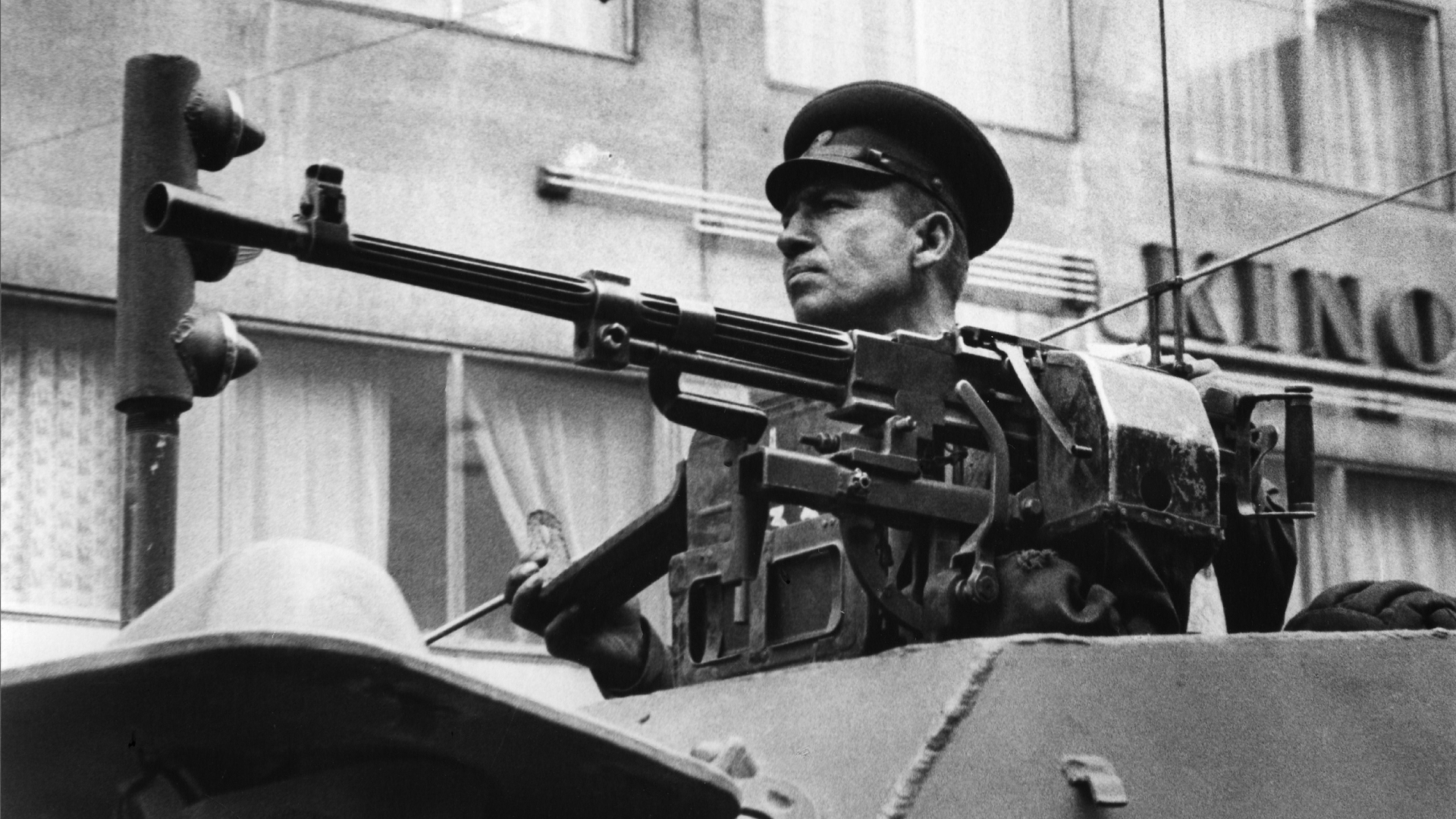 Velitel sovětského obrněného transportéru BRDM-1 projíždějícího Prahou v prvních dnech okupace (na lafetě je vidět kulomet SGMB)