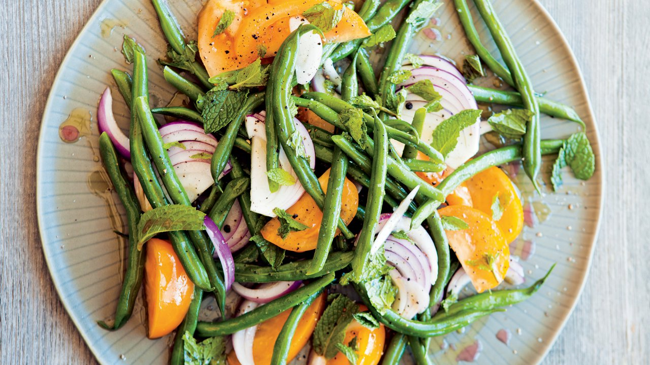 Salát se zelenými fazolkami, žlutými rajčaty amátou