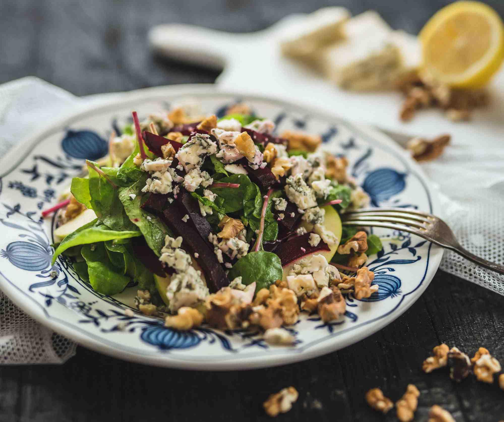 Podzimní salát s červenou řepou, modrým sýrem ajablky