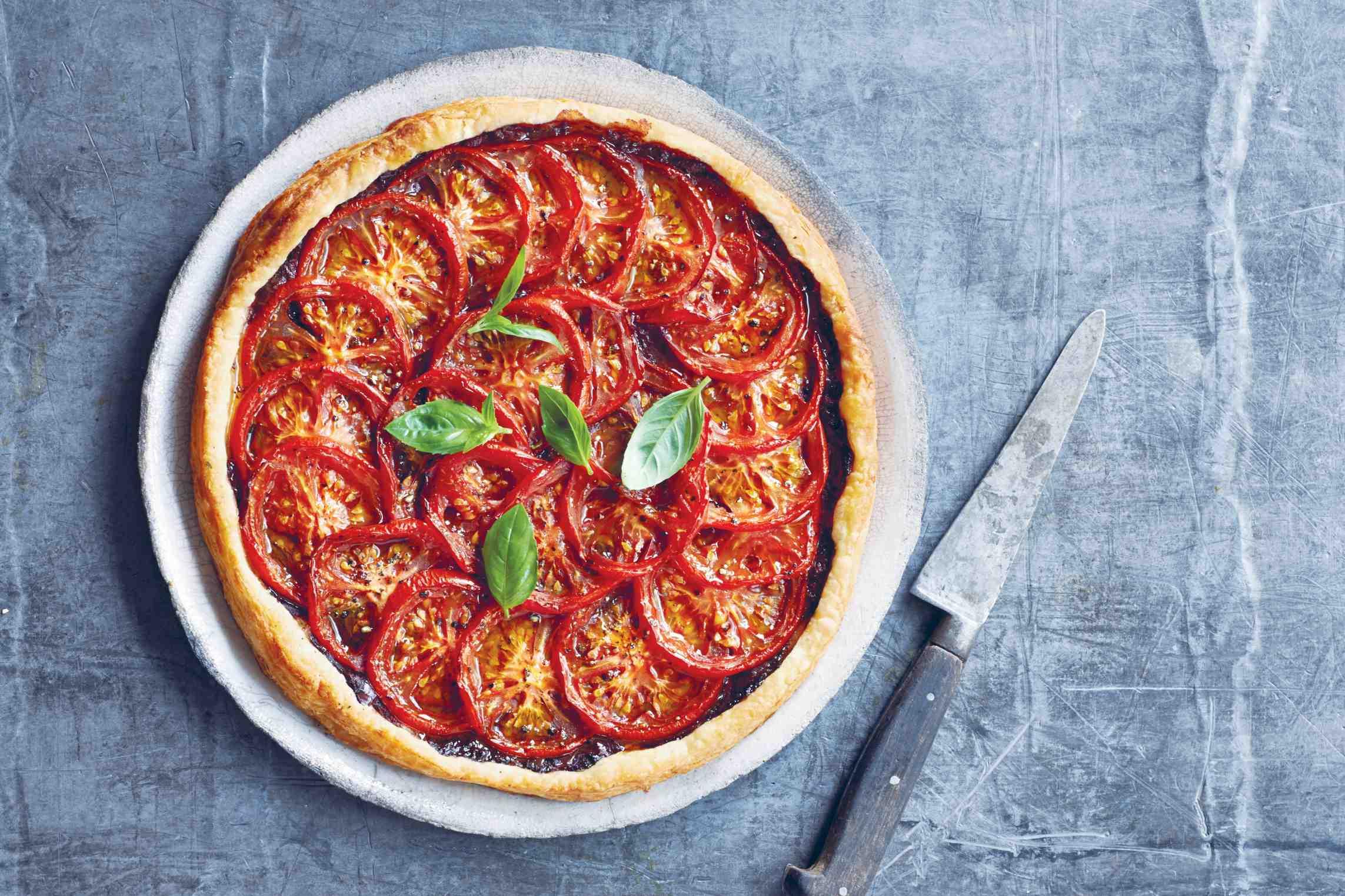 Letní rajčatový koláč s olivovou tapenádou
