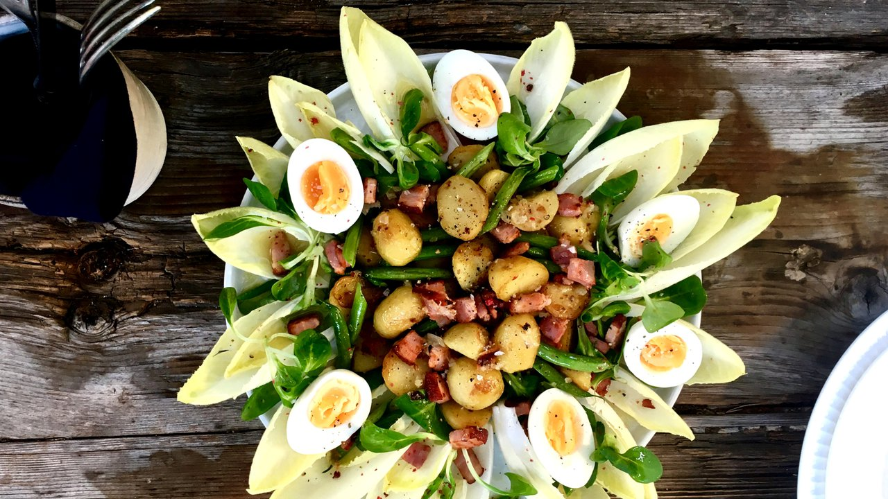 Bramborový salát sfazolovými lusky, čekankou aopečenou slaninou
