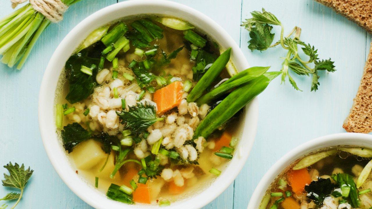 Kroupová polévka s medvědím česnekem akopřivami