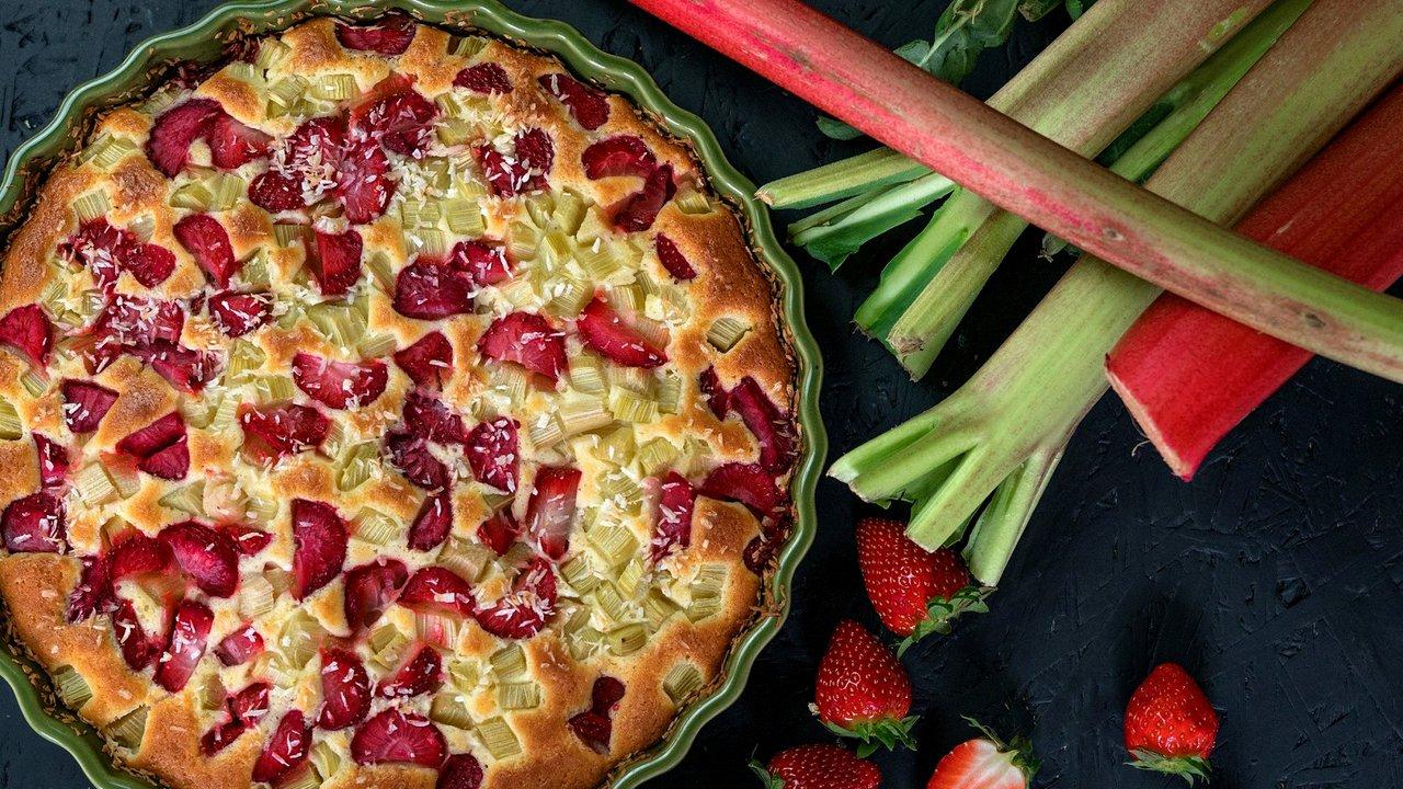 Jahodovo-rebarborový koláč skokosem