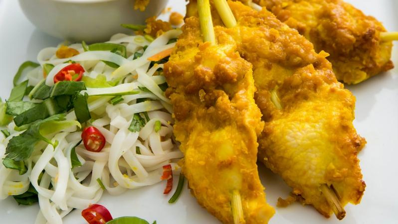 Kuřecí sataj špízy na thajském nudlovém salátu s omáčkou z limetových listů