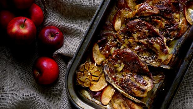 Vepřová krkovice pečená sjablky ačervenou cibulí