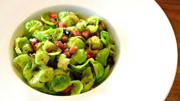 Salát z růžičkové kapusty se švestkami achilli