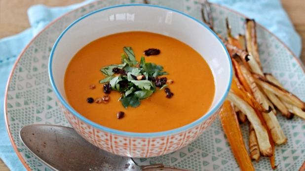 Rajčatová polévka skokosovým mlékem ase zeleninovými hranolkami
