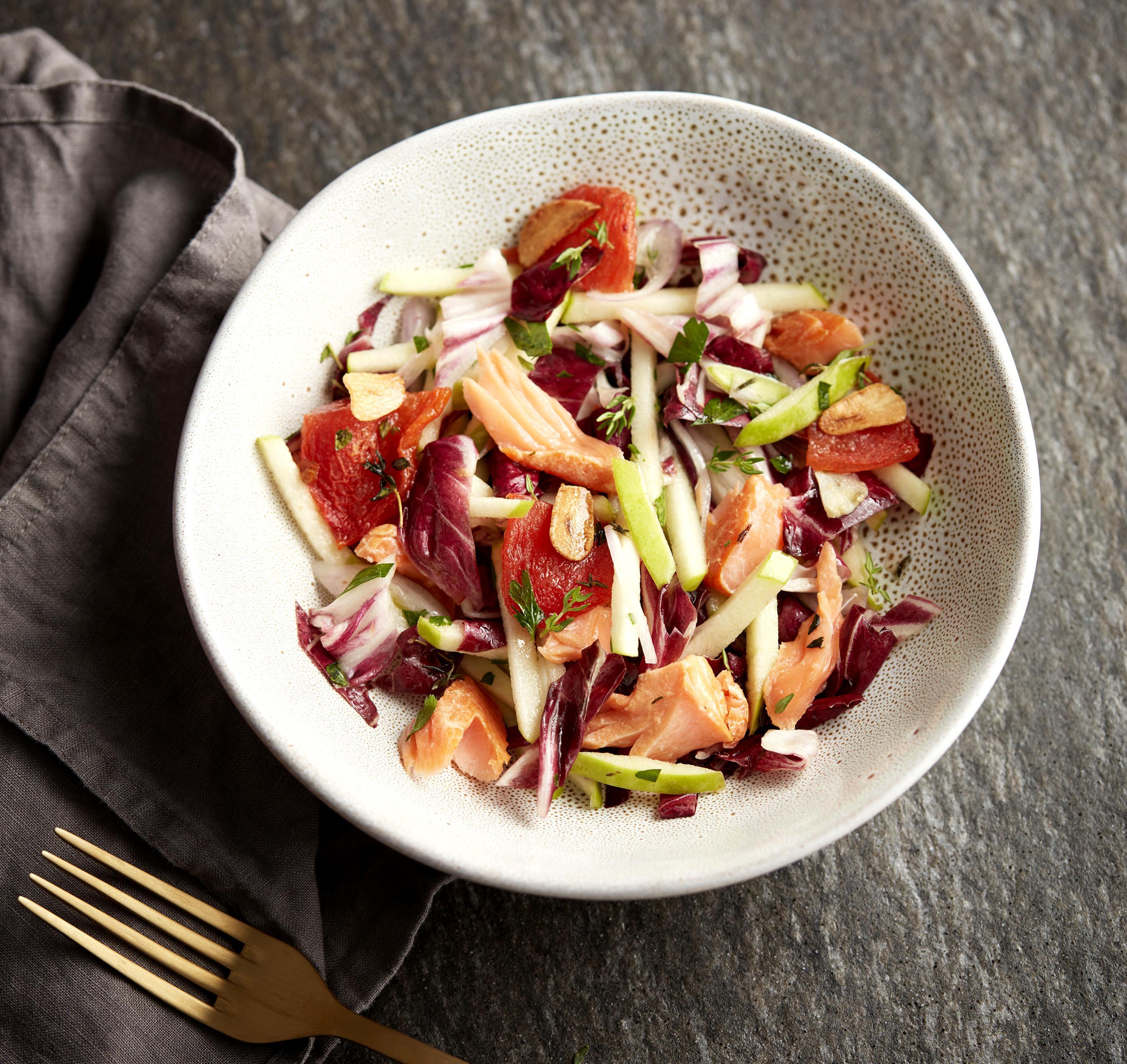 Čekankový salát sjablky auzeným pstruhem