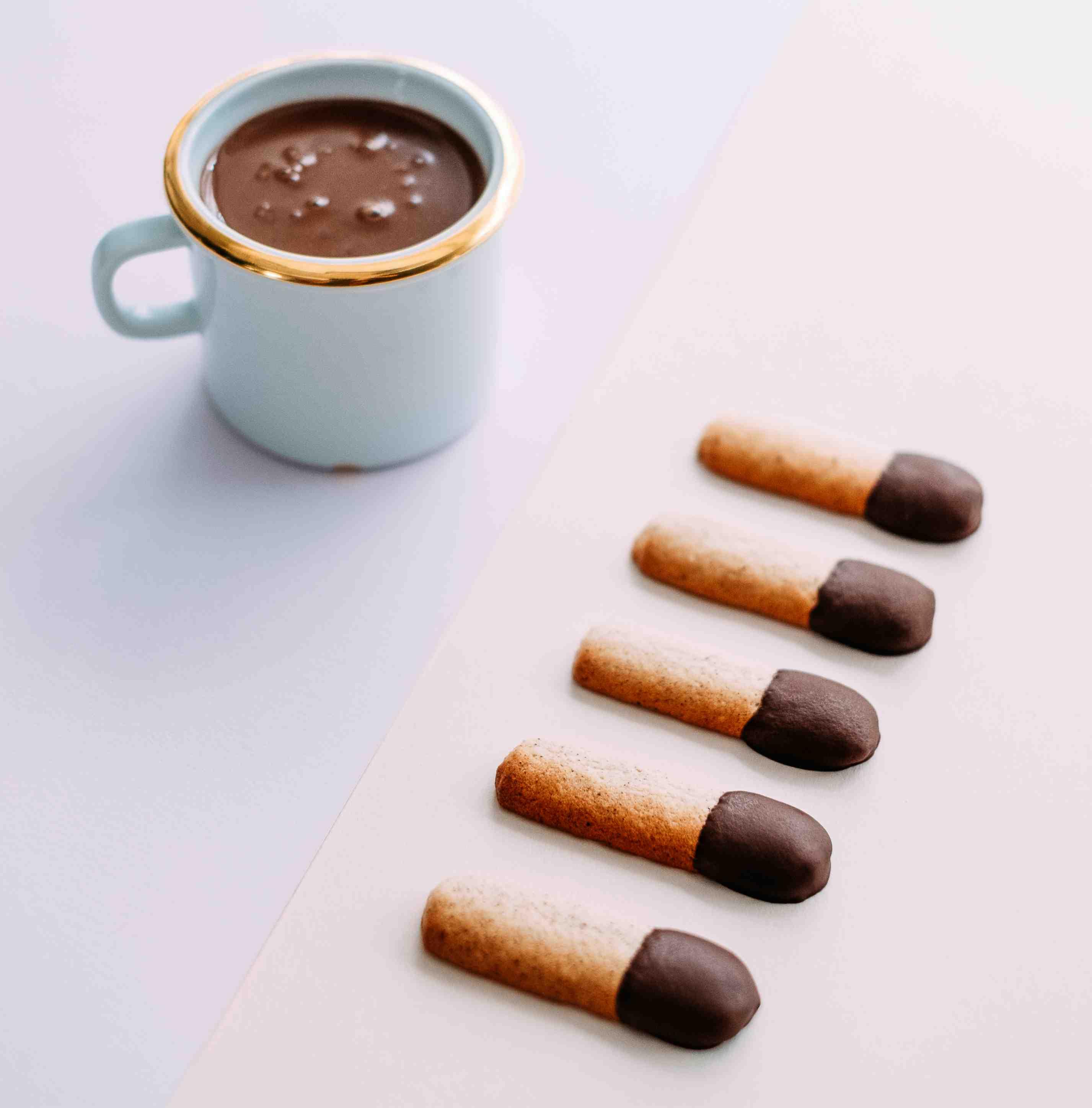 Chai horká čokoláda askořicové sušenky