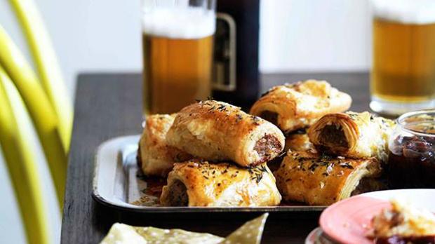 Sausage rolls z vepřového masa s karamelizovaným jablkem a tymiánem