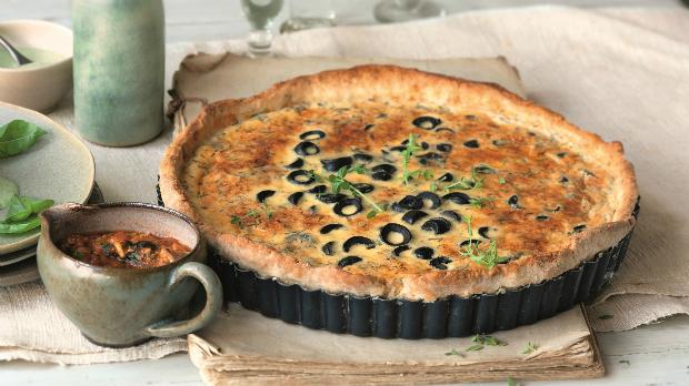 Pikantní sýrový tarte s olivami a omáčkou z čerstvých rajčat s olivami