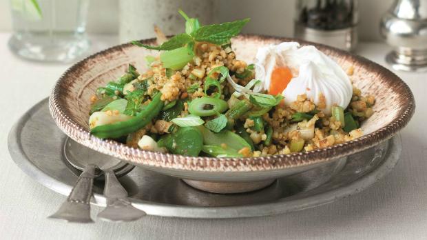 Zeleninový bulgur s mátou a ztraceným vejcem