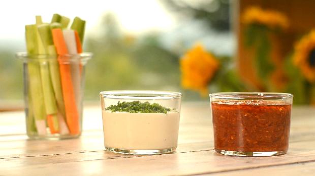 Dip z pečeného česneku a Bloody Mary dip s krájenou zeleninou