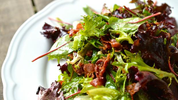 Horký salát s křupavou slaninou a balzamikovým dresinkem