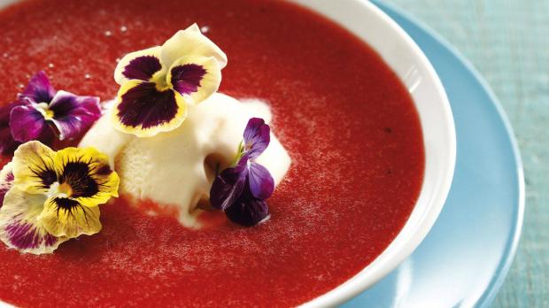Jahodová polévka s maceškami