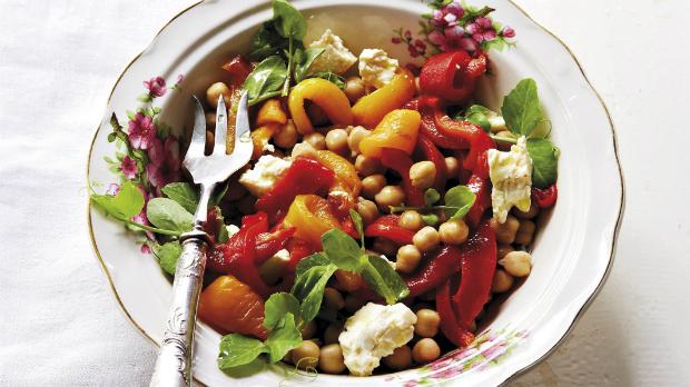 Salát z paprik a cizrny se zálivkou z pečeného česneku