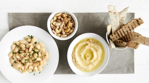 Mezze – salát z máslových fazolí, pražené mandle a hummus s pitou